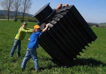 Kinder bewegen PU Behälter einer Kläranlage